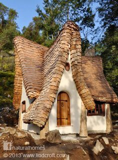 On Canada's Vancouver Island you will find a beautiful example of storybook architecture created by the hands of two creative natural builders Timothy Lindberg and musician Daniel Huscroft. Together they work as Lindcroft, a mixture of their names, building homes that must be the dream of many, a woodland fairytale house by the water's edge.
