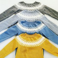 En samling med #snøløvgenser #marygenser #strikkedilla #strikk #strikking #knitted #knitting #inspirasjon Baby Hats Knitting, Knitting For Kids, Knitted Hats, Unisex Baby, Knit Cardigan, Knit Crochet, Bell Sleeve Top, Drops Design, Wool