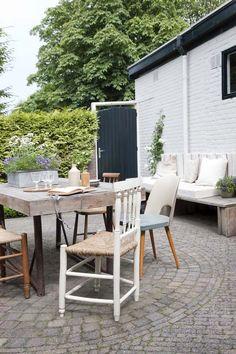 KARWEI | Een mix van oude en nieuwe meubels en accessoires geven de tuin karakter. #karwei #binnenkijkers #accessoires #wooninspiratie