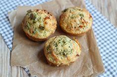 Wel eens hartige muffins geproefd? Nee? Duik dan nu de keuken in en maak dit lekkere recept! Wij hebben gekozen voor een vulling van broccoli, kip en ui maar je kunt natuurlijk ook andere groenten/vlees kiezen. Denk ook eens aan hamreepjes, bloemkool of champignons. Recept voor circa 6 muffins Tijd: 15 min. + 20 min....Lees Meer »