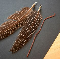How to make your own feather clips: step one: wrap wire into a loop and then around itself on the end of the feather step two: tie piece of string to the loop step three: tie other end of string to an alligator clamp step four: clip in hair *multiple feathers at varying lengths can be tied to the same string for a fuller effect Feather Hair Clips, Feather Jewelry, Feather Headband, Seed Bead Jewelry, Hair Feathers, Peacock Feathers, Seed Beads, Snowflake Craft, Paper Snowflakes