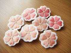 ハンドメイドマーケット minne(ミンネ)  刺繍ブローチ ハートのお花