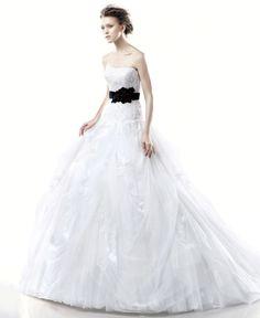 オーガンジーを使用したプリンセスラインのドレス。 ウエストに黒のリボンベルトが全体を引き締めるデザインです。