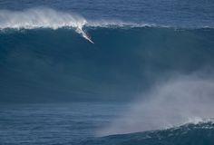 Gordo surfa onda gigante na remada em dia épicoem Jaws, na ilha de Maui, Havaí (Foto: Bidu)
