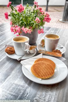 Stroopwafel and coffee, Gouda, Holland, Nethelands Cake Roll Recipes, Chocolate Sweets, Good Morning Coffee, Brown Coffee, Good Morning Flowers, Coffee And Books, Mini Foods, Coffee Cafe, Kakao