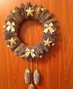 Adventní věnec nemusí být jen z jehličí. Podívejte se, na trošku jiné adventní věnce které vám mohou vydržet déle než jednu zimu! Pine Cone Christmas Decorations, Christmas Pine Cones, Pinecone Ornaments, Xmas Wreaths, Christmas Crafts, Christmas Ornaments, Pine Cone Art, Pine Cone Crafts, Wreath Crafts
