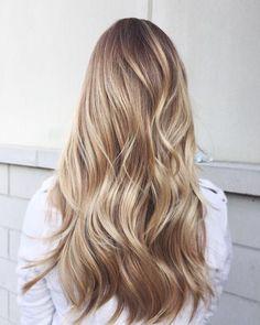 ein blondes Mädchen verschiedene Blondtöne in einer lässigen Frisur