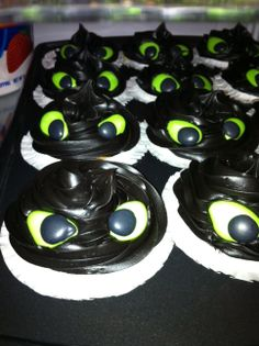 How To Train Your Dragon Cupcakes I made these for my daughters Birthday - created toothless the dragon and did viking hats Toothless Party, Toothless Cake, Toothless Dragon, Dragon Birthday Parties, Dragon Party, Birthday Cakes, Birthday Ideas, 5th Birthday, Dragon Cakes