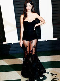 Auf derOscar-Aftershowparty von Vanity Fair setzt Emily auf Transparenz und trägt ein schwarzes Kleid vonSteven Khalil.
