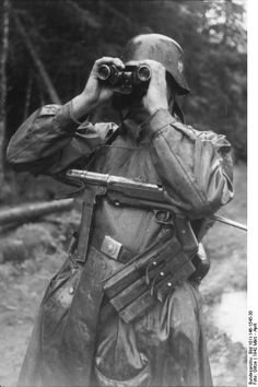 Wehrmacht Soldier with MP 40 Ww2 Uniforms, German Uniforms, German Soldiers Ww2, German Army, Ww2 History, Military History, Luftwaffe, Germany Ww2, Germany