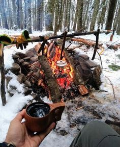 What Is Bushcraft? Bushcraft is the art of using the resources provided by our natural environment to survive and thrive in the great outdoors. Here are some bushcraft skills any outdoor lovers should acquire and mistakes to avoid. Bushcraft Camping, Camping 3, Bushcraft Skills, Camping Survival, Outdoor Survival, Camping Hacks, Outdoor Camping, Camping Coffee, Camping Essentials