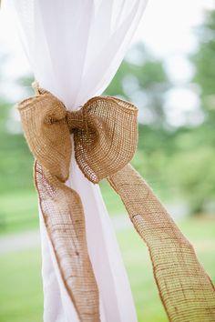 La toile de jute est parfaite pour réaliser vos noeuds décoratifs pour vos chaises, vos tentures ou vos bouquets