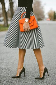 Love the pop of the orange bag. 😍😍