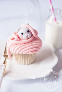 Adorable cat cupcakes tutorial by Juniper Cakery