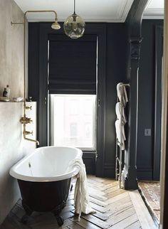 Coup de coeur pour cette petite salle de bain noire ouverte sur ce qu'on imagine une chambre parentale. L'association du noir&blanc, du bois et du doré est très élégant, le parquet chevrons apporte sa touche parisienne, la baignoire sabot noire le côté vintage, son emplacement devant le lit le côté coquin et la robinetterie le côté chic : une belle rénovation ! #decoration #bathroom #bonjourbibiche