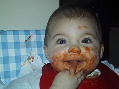 niño después de tomar pasta con salsa de tomate.