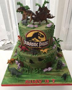 Jurassic Park dinosaur cake Special Birthday Cakes, 10 Birthday Cake, Birthday Party At Park, Birthday Pinata, Dinosaur Birthday Cakes, Kids Birthday Themes, Dinosaur Cake, Dinosaur Party, 6th Birthday Parties