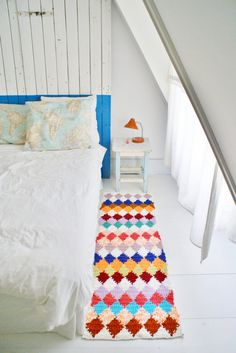 The lovely handmade home of Ingrid Jansen Hello Monday! And what a sunny one you are. Today I've chosen a home to match the mood - light, bright and colorful with inspiration around every co. Handmade Home, Home Bedroom, Bedroom Decor, Bedrooms, Bedroom Green, Bedroom Office, Bedroom Sets, Couch Magazin, Sweet Home