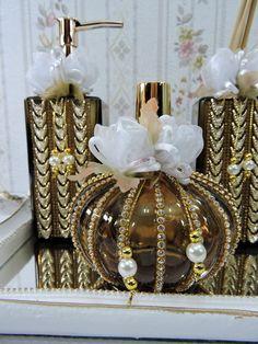 Kit Luxo para Banheiro ou Lavabo com Flor de Organza no Diy Crafts For Gifts, Crafts To Make And Sell, Diy Home Crafts, Jar Crafts, Diy Crafts Videos, Wine Bottle Crafts, Bottle Art, Birthday Centerpieces, Wedding Centerpieces