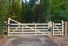 Wooden gate, automated with pedestrian gate Wooden Electric Gates, Electric Driveway Gates, Driveway Fence, Driveway Entrance, Driveway Landscaping, Automatic Driveway Gates, Wooden Driveway Gates, Driveway Ideas, Automatic Gate