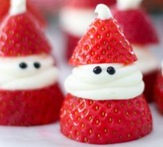 Strawberry Santas for Christmas! ADORABLE Christmas treat idea recipe that is delicious, so easy to make, and great for a Christmas party. Easy Christmas Treats, Christmas Appetizers, Christmas Desserts, Christmas Decorations, Christmas Foods, Christmas Christmas, Christmas Crafts, Lunch Snacks, Creative Gift Packaging