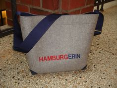 HAMBURGERIN.  CurlyShopper aus grauem Wollfilz mit dunkelblauem Gurt und Lederecken