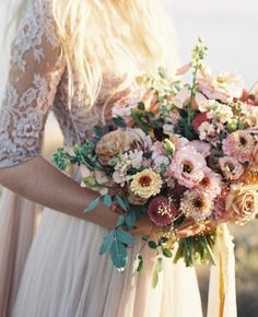 Now, it's time to choose a bridal bouquet to complete your wedding dress! You can look great with a bouquet of flowers in the appropriate concept at your wedding and in your photo shoot. Floral Wedding, Wedding Flowers, Wildflowers Wedding, Wedding Pics, Trendy Wedding, Wedding Bride, Wedding Blog, Diy Wedding, Rustic Wedding