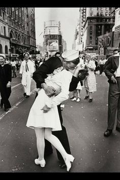 Famous kiss in NYC, 1945