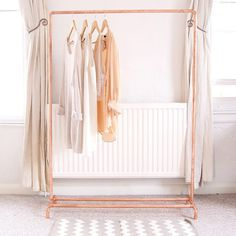 This copper (rose gold colour) clothing rail will complement your home, shop for retail display, or studio.Baskets, boxes, shoes and other…