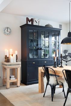A house in black and white - Dining Room Deco Buffet, Scandinavian Home, Dining Room Design, Dining Area, Decor Room, Tiny Apartments, Home Fashion, Home And Living, Home Furniture