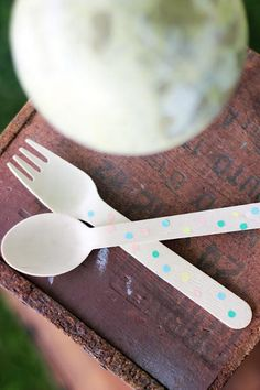 so simple to use basic wooden spoons and customize with party colors - love!