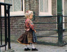 Marken jongetje in klederdracht met Pinksteren 1983. #NoordHolland #Marken