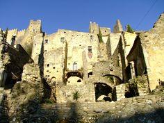 Saint-Montan in de Ardèche; een historisch hoogtepunt met kronkelende kasseistraatjes, een kasteel uit de 12e eeuw en twee 11e-eeuwse kapelletjes. Places Worth Visiting, Motorcycle Travel, Visit France, Provence France, Rhone, France Travel, Historical Sites, Travel Around, Trip Planning