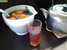 IJsthee met rozenbottel, honing, verse munt en stukjes appelsien.
