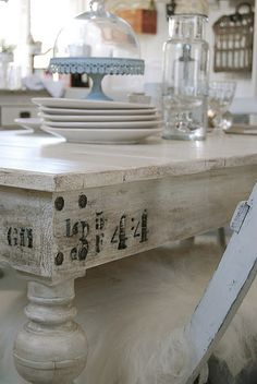 cakes, old woods and vintage kitchens. Shabby Vintage, Vintage Table, Vintage Love, Vintage Kitchen, Vintage Decor, Vintage Numbers, Rustic Table, Shabby Chic Homes, Shabby Chic Style