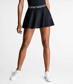 Denne moderne tennisnederdel til den kløgtige spiller er peppet op med flotte farver og et fleksibelt design. Damenederdelen har mange komfortable detaljer såsom fastgjorte indvendige shorts, elastisk talje, opsugende hydro-pro-materiale og perforeret stof i bunden. 87 % polyester, 13 % elastan.