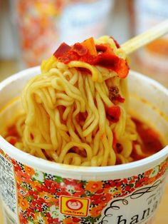 東洋水産によると、女性はカップ麺を食べることに罪悪感や抵抗感を感じるそうです。そこで、そんな女性でもポジティブに食べられるカップ麺を作ったのが、マルちゃんブランドの「hanauta カモミールソル