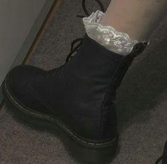 937 imagens sobre egirl/ grunge girl no We Heart It Sock Shoes, Cute Shoes, Me Too Shoes, Aesthetic Shoes, Goth Aesthetic, Aesthetic Style, Mathilda Lando, Mode Punk, Looks Style
