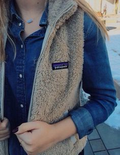 Patagonia vest, denium and Kendra Scott. - Street Fashion, Casual Style, Latest Fashion Trends - Street Style and Casual Fashion Trends Western Outfits, Fall Winter Outfits, Autumn Winter Fashion, Mens Winter, Patagonia Vest Outfit, Patagonia Clothing, Outdoor Girl, Outfit Invierno, Fleece Vest