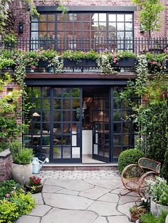 Renovation: a Manhattan townhouse gutted and reimagined for family life Renovierung: Ein Stadthaus i Design Exterior, Interior And Exterior, Exterior Doors, Wall Exterior, Interior Shop, Black Exterior, Interior Garden, Garage Design, Modern Exterior