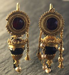 (oooo - p.) Greek Hellenistic Gold earrings, garnet, 200 B. Roman Jewelry, Greek Jewelry, Old Jewelry, Ethnic Jewelry, Jewelry Art, Antique Jewelry, Vintage Jewelry, Fashion Jewelry, Renaissance Jewelry