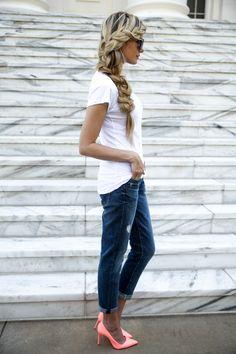 Calça jeans + camiseta branca + sapato colorido