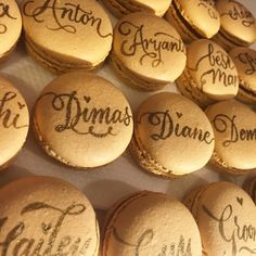 How to: Calligraphy on macarons! No Bake Cookies, Cake Cookies, How To Make Macarons, Edible Paint, French Macaroons, Wedding Favours, High Tea, Decoration, Cookie Decorating