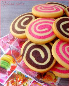 Sablés spirale vanille/chocolat & vanille/fraise Bolacha Cookies, Galletas Cookies, Cupcakes, Cupcake Cakes, Party Desserts, Dessert Recipes, Desserts With Biscuits, Kinds Of Cookies, Weird Food