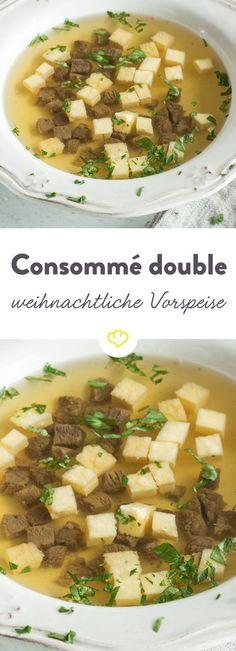 Eine Consommé ist eine kräftige, geklärte Brühe, die hier aus Rindfleisch und Rinderknochen zubereitet wird - luftiger Eierstich dazu und genießen.