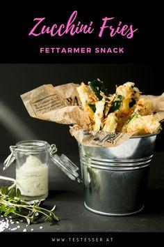 Keine Lust auf herkömmliche Pommes? Wie wäre es mit Zucchini-Fries aus dem Ofen mit knuspriger Panko-Panier? Schmeckt herrlich als Beilage oder einfach so mit Joghurt-Pesto-Dip. Der perfekte fettarme Snack! Pesto Dip, Fett, Zucchini, Fries, Basket, Yogurt, Side Dishes, Food Food, Simple
