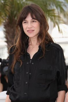 Pin on STYLE- my parisian soul The French film festival offers a rare opportunity to consider the carefully cultivated above-the-neck difference between Hollywood screen sirens and French film stars. Charlotte Gainsbourg, Gainsbourg Birkin, Serge Gainsbourg, Jane Birkin, Hairstyles With Bangs, Cool Hairstyles, Langer Pony, French Haircut, High Fashion Makeup