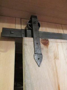 Où trouver des rails de porte coulissante en applique qui aient un look rustique ? Quelques adresses de quincaillerie de porte
