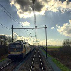 romanodlange shared on Instagram: Onderweg naar Rotterdam, kom je bij Harmelen deze oude werk paard tegen de 1300 van #hsllogistik #rsa_theyards #train_nerds #trainstagram #eisenbahnfotografie #eisenbahnbilder #eisenbahn #bahnromantiek #bahnbilder...