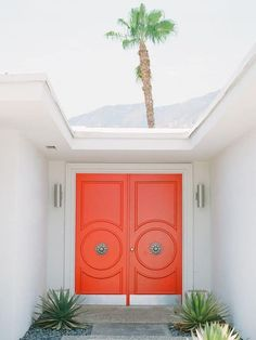 Mid-century architecture: Mid-century modern architecture projects in Palm Springs Orange Front Doors, Double Front Doors, Modern Front Door, House Front Door, Front Door Colors, House Entrance, Solid Doors, Style Palm Springs, Palm Springs Häuser